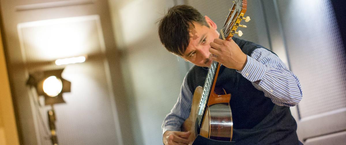 Groovy Latin Guitar – Perkussive Spieltechniken für Akustikgitarre aus Lateinamerika